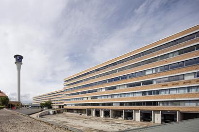 Seit der Insolvenz 2009 steht das Quelle-Gebäude im Westen Nürnbergs (1955–1958, Architekt: Ernst Neufert) leer und unter Denkmalschutz, die Zukunft des Gebäudes ist ungewiss. (Foto: Gerhard Hagen, Bamberg)